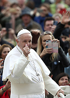 Papa Francesco saluta i fedeli al suo arrivo all'udienza generale del mercoledi' in Piazza San Pietro, Citta' del Vaticano, 31 ottobre 2018.<br /> Pope Francis waves to faithful as he arrives to lead his weekly general audience in St. Peter's Square at the Vatican, on October 31, 2018.<br /> UPDATE IMAGES PRESS/Isabella Bonotto<br /> <br /> STRICTLY ONLY FOR EDITORIAL USE