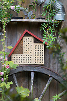 """Wildbienen-Nisthilfe Modell """"Blockhütte"""". Fertiges Modell. Besteht aus Hartholzblöcken mit unterschiedlichen Bohrungen, Schilfstängeln, Natur-Strohhalmen und Pappröhrchen, Wildbienen-Nisthilfen, Wildbienen-Nisthilfe selbermachen, selber machen, Wildbienenhotel, Insektenhotel, Wildbienen-Hotel, Insekten-Hotel"""
