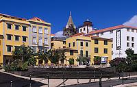 Portugal, Madeira, der Platz Praca do Colombo und Kathedrale (Se) in Funchal