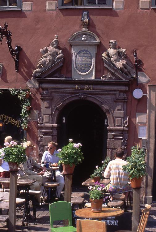SWE, Schweden, Stockholm, Altstadt, Gamla Stan, Stortorget, Restaurant, Stortorget, der große Platz im Zentrum der Altstadt, wird von einem Ensemble mehrerer Haeuser aus dem 17. Jh. umringt. Hier laden mehrere kleine Restaurants und Cafes zum Verweilen ein.<br /> [Fuer die Nutzung gelten die jeweils gueltigen Allgemeinen Liefer-und Geschaeftsbedingungen. Nutzung nur gegen Verwendungsmeldung und Nachweis. Download der AGB unter http://www.image-box.com oder werden auf Anfrage zugesendet. Freigabe ist vorher erforderlich. Jede Nutzung des Fotos ist honorarpflichtig gemaess derzeit gueltiger MFM Liste - Kontakt, Uwe Schmid-Fotografie, Duisburg, Tel. (+49).2065.677997, fotofinder@image-box.com, www.image-box.com]
