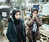 Saryoun, 16, und ihre Schwester Zhuahl, 24. Kabul, Afghanistan, seit 4 Monaten in Moria, mit Familie, bis auf Vater, von Taliban erschossen; traumatische Fluchterfahrungen, an der iranisch-türkischen Grenze wurde auf sie geschossen; 1 Monat in einem Lager, prekäre Zustände,