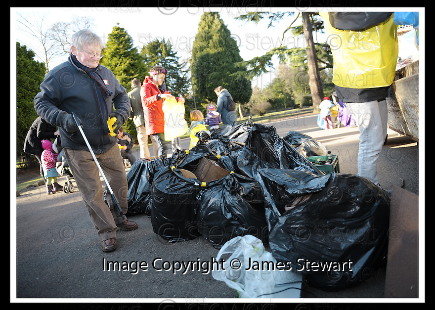 """01/02/2010  Copyright  Pic : James Stewart.22_dollar_park  .::  """" FRIENDS OF DOLLAR PARK """" LITTER PICK : SUNDAY 31ST JANUARY 2010 :: .James Stewart Photography 19 Carronlea Drive, Falkirk. FK2 8DN      Vat Reg No. 607 6932 25.Telephone      : +44 (0)1324 570291 .Mobile              : +44 (0)7721 416997.E-mail  :  jim@jspa.co.uk.If you require further information then contact Jim Stewart on any of the numbers above........."""