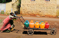 INDIA Tamil Nadu Dindigul, women fetch drinking water from pump / INDIEN Tamil Nadu, Dindigul , Wasserversorgung
