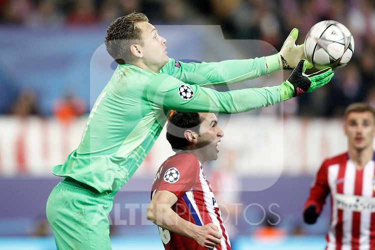 Atletico de Madrid's Diego Godin (r) and PSV Eindhoven's Jeroen Zoet during UEFA Champions League match. March 15,2016. (ALTERPHOTOS/Acero)