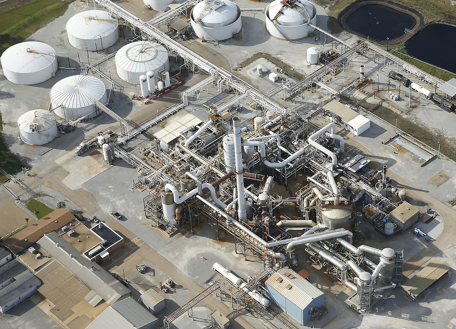 Aerial photo shows a DuPont plant in Darrow, Louisiana December 12, 2015. Chemical titans DuPont and Dow Chemical Co agreed to combine in an all-stock merger valued at $130 billion in a first step towards breaking up into three separate businesses, a move that pleased activist investors and could trigger more consolidation.    REUTERS/Jonathan Bachman
