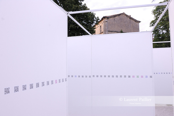 INSTALLATION FLASHCODES..Simon SIEGMANN..Lieu: Le jardin de l'Eveche..Ville : Uzes..Festival Uzes Danse 2011..le 21/06/2011..© Laurent Paillier / photosdedanse.com..All rights reserved