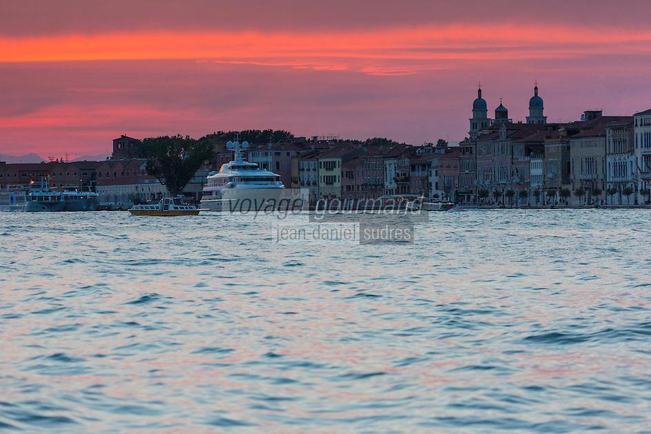 Italie, Vénétie, Venise:  Facades au crépuscule  sur la Giudecca  et Terminal : San Basilio du port de Venise // Italy, Veneto, Venice: