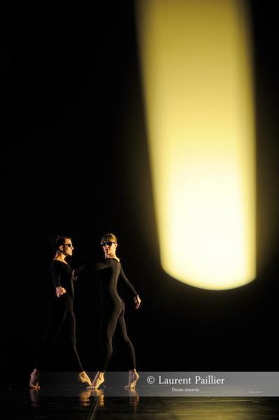 ANTIC MEET....Adaptateur : NEELS Sandra SWINSTON Robert..Choregraphie : CUNNINGHAM Merce..Mise en scene : CUNNINGHAM Merce..Compositeur : CAGE John..Compagnie : Merce Cunningham Dance Company..Decor : RAUSCHENBERG Robert..Lumiere : CHALLENBERG Christine..Costumes : RAUSCHENBERG Robert..Avec :..RIENER Silas..SCOTT Jamie..Lieu : Theatre de la Ville..Cadre : Festival d Automne 2010..Ville : Paris..Le : 03 11 2010..© Laurent PAILLIER / photosdedanse.com..All Right reserved
