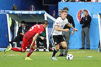 Toni Kroos (D) gegen Krzysztof Maczynski (POL) - EM 2016: Deutschland vs. Polen, Gruppe C, 2. Spieltag, Stade de France, Saint Denis, Paris