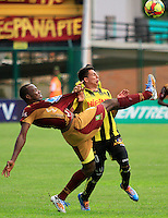 FLORIDABLANCA -COLOMBIA, 02-11-2014.  Alex Castro (Der) jugador de Alianza Petrolera disputa el balón con Breyner Bonilla (Izq) de Deportes Tolima durante encuentro  por la fecha 17 de la Liga Postobon II 2014 disputado en el estadio Alvaro Gómez Hurtado de la ciudad de Floridablanca./ Alex Castro (R) player of Alianza Petrolera fights for the ball with Breyner Bonilla (L) player of Deportes Tolima during match for the 17th date of the Postobon League II 2014 played at Alvaro Gomez Hurtado stadium in Floridablanca city Photo:VizzorImage / Duncan Bustamante / STR