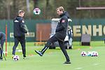 16.10.2020, Trainingsgelaende am wohninvest WESERSTADION - Platz 12, Bremen, GER, 1.FBL, Werder Bremen Abschlusstraining<br /> <br /> <br /> Florian Kohfeldt (Trainer SV Werder Bremen)<br />  ,Ball am Fuss, <br /> Querformat<br /> <br /> <br /> Foto © nordphoto / Kokenge