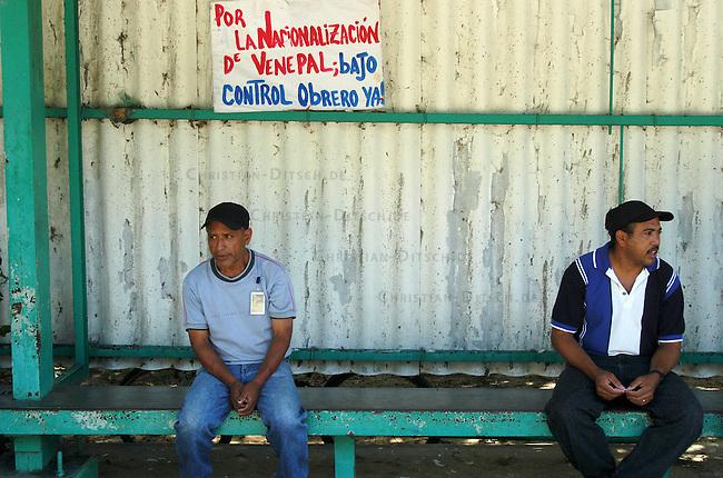 """Besetzte Papierfabrik Venepal in Moron im Bundesstaat Carabobo<br /> Seit September 2004 ist die Papierfabrik Venepal (Venezuela Papel) geschlossen der Besitzer hat trotz guter Wirtschaftslage und finanzieller Zusagen der Regierung die Papierherstellung eingestellt. 350 Arbeiter und Angestellte haben daraufhin das Werkbesetzt und fordern die Ueberfuehrung der Farbrik in nationales Eigentum in gemeinsamer Verantwortung von Arbeitern und Staat.<br /> Im Juli 2003 wurde das Werk zum ersten Mal gecshlossen. Die Produktion wurde damals auf Druck der Arbeiter und Zusagen der Regierung wieder aufgenommen, der Firmenchef hielt seine Zusagen jedoch nicht ein.<br /> Dank Unterstuetzung der Bevoelkerung der Umgebung und des Gewerkschaftsdachverbandes UNT halten die Arbeiter im Werk aus und verhandeln mit der Regierung.<br /> Hier: Arbeiter am Werkstor. Auf dem Plakat steht die Forderung: """"Fuer die Nationalisierung von Venepal unter Arbeiterkontrolle - Sofort!""""<br /> 13.11.2004, Moron / Venezuela<br /> Copyright: Christian-Ditsch.de<br /> [Inhaltsveraendernde Manipulation des Fotos nur nach ausdruecklicher Genehmigung des Fotografen. Vereinbarungen ueber Abtretung von Persoenlichkeitsrechten/Model Release der abgebildeten Person/Personen liegen nicht vor. NO MODEL RELEASE! Nur fuer Redaktionelle Zwecke. Don't publish without copyright Christian-Ditsch.de, Veroeffentlichung nur mit Fotografennennung, sowie gegen Honorar, MwSt. und Beleg. Konto: I N G - D i B a, IBAN DE58500105175400192269, BIC INGDDEFFXXX, Kontakt: post@christian-ditsch.de<br /> Bei der Bearbeitung der Dateiinformationen darf die Urheberkennzeichnung in den EXIF- und  IPTC-Daten nicht entfernt werden, diese sind in digitalen Medien nach §95c UrhG rechtlich geschuetzt. Der Urhebervermerk wird gemaess §13 UrhG verlangt.]"""