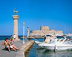 Griechenland, Dodekanes, Rhodos, Rhodos-Stadt: Einfahrt zum Mandraki Hafen, dahinter das St. Nicholas Fort | Greece, Dodecanese, Rhodes, Rhodes-City: Mandraki Harbour and St. Nicholas' Fort