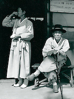Koreaner in traditioneller Kleidung, Korea 1977