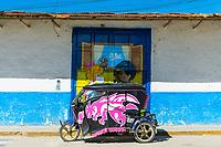 Dreirädriges Taxi Tuktuk vor einem Wandgemälde in der Stadt Celendin, Provinz Celendin, Peru, Südamerika