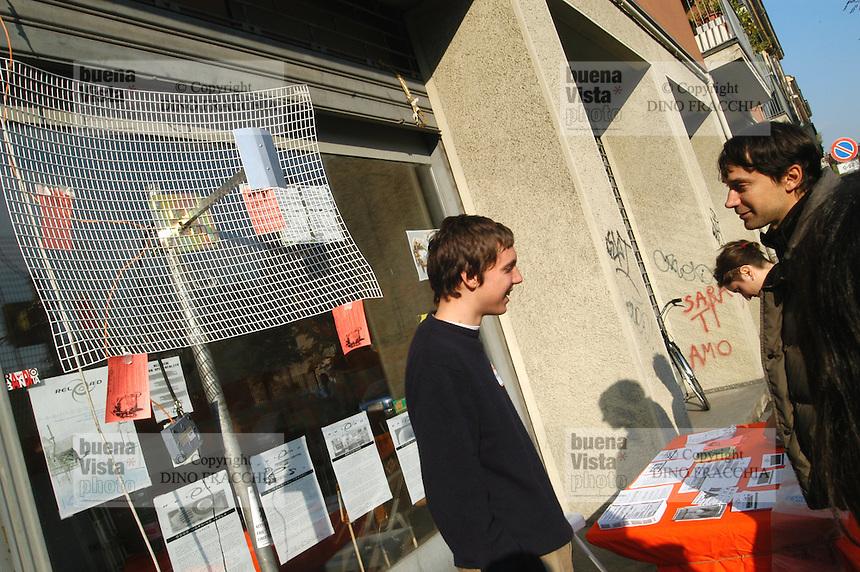 - Reload Social Center, Isola district in Milan,  young people fans of computer science create a point of Wi-Fi connection for wireless Internet ....- Centro Sociale Reload, quartiere Isola a Milano, giovani appassionati di informatica creano un punto di collegamento Wi-Fi per Internet senza fili