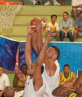 BUCARAMANGA -COLOMBIA, 06-04-2013. Hernández Villamil (c) trata de encenstar durante partido de la vigésimacuarta fecha de la Liga DirecTV de baloncesto profesional colombiano disputado en la ciudad de Bucaramanga./  Hernandez Villamil (c) tries to score during game of the 24th date of the DirecTV League of professional Basketball of Colombia at Bucaramanga city. Photo:VizzorImage / Jaime Moreno / STR