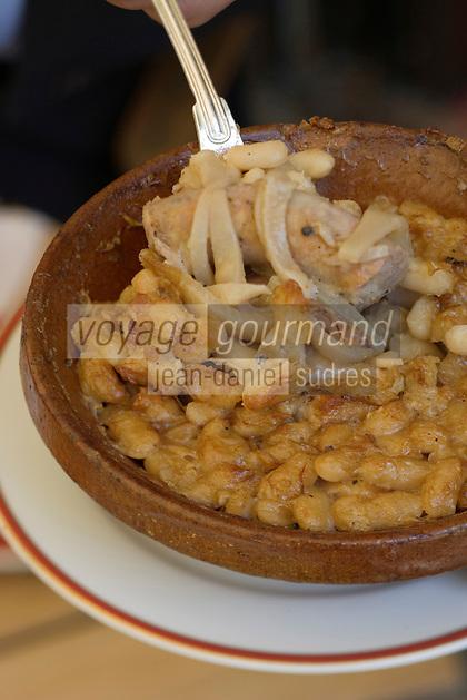 Europe/France/Languedoc-Rousillon/Aude/Carcassonne: service du Cassoulet au Domaine d'Auriac Hotel-Restaurant