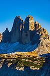 Italien, Suedtirol (Trentino - Alto Adige), Naturpark Fanes-Sennes-Prags: auf dem Dolomiten Hoehenweg Nr. 3 oberhalb Hochplateau Plaetzwiesen, Blick vom  Strudelkopf auf die Drei Zinnen | Italy, South Tyrol (Trentino - Alto Adige), Fanes-Sennes-Prags Nature Park: on Dolomites Alta via no. 3 above High Plateau Plaetzwiesen, view from summit Strudelkopf (Monte Specie) at Tre Cime mountains