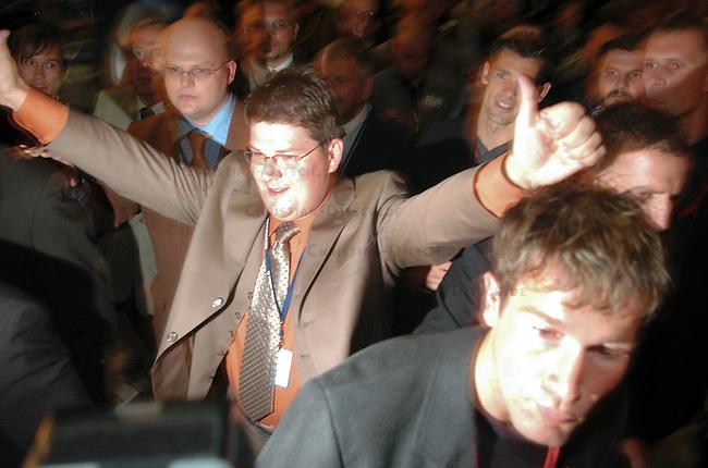 NPD im saechsischen Landtag<br /> Die NPD ist seit 1968 zum ersten mal wieder in ein Landesparlament gewaehlt worden. Sie erreichte ueber 9 Prozent der abgegebenen Waehlerstimmen.<br /> Im Bild: Der NPD-Spitzenkandidat Holger Apfel (1970, Verlagskaufmann, Stadtrat in Dresden) kommt am Wahlabend in den Landtag.<br /> 19.9.2004, Dresden<br /> Copyright: Christian-Ditsch.de<br /> [Inhaltsveraendernde Manipulation des Fotos nur nach ausdruecklicher Genehmigung des Fotografen. Vereinbarungen ueber Abtretung von Persoenlichkeitsrechten/Model Release der abgebildeten Person/Personen liegen nicht vor. NO MODEL RELEASE! Nur fuer Redaktionelle Zwecke. Don't publish without copyright Christian-Ditsch.de, Veroeffentlichung nur mit Fotografennennung, sowie gegen Honorar, MwSt. und Beleg. Konto: I N G - D i B a, IBAN DE58500105175400192269, BIC INGDDEFFXXX, Kontakt: post@christian-ditsch.de<br /> Bei der Bearbeitung der Dateiinformationen darf die Urheberkennzeichnung in den EXIF- und  IPTC-Daten nicht entfernt werden, diese sind in digitalen Medien nach §95c UrhG rechtlich geschuetzt. Der Urhebervermerk wird gemaess §13 UrhG verlangt.]