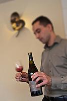 Europe/France/Provence-Alpes-Côte d'Azur/06/Alpes-Maritimes/ Mougins: Restaurant: La Place de Mougins - Service du vin par le sommelier [Non destiné à un usage publicitaire - Not intended for an advertising use]
