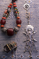 Afrique/Maghreb/Maroc/Essaouira : Dans le souk, détail bijoux berbères (Galerie Tata, 202 marché aux grains)