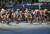 OOSTENDE – BELGICA – 23-08-2013: Salida de la prueba de los 10000 metros combinada mayores damas en el patinodromo Mundialista Track en Oostende,  Belgica, agosto 23 de 2013. (Foto: VizzorImage / Luis Ramirez / Staff). Start of testing of the 10000 meters combinate senior ladies in the Mundialist Track in Oostende, Belgium, August 23, 2013. (Photo: VizzorImage / Luis Ramirez / Staff).