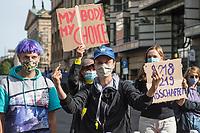 """Mehrere hundert Menschen protestierten am Samstag den 19. September 2020 in Berlin vor dem Brandenburger Tor mit einer Kundgebung unter dem Titel """"LEBEN-LIEBEN- SELBSTBESTIMMT"""" gegen einen Aufmarsch von religioesen Abtreibungsgegnern.<br /> Sie forderten die Abschaffung der Paragraphen 218 und 219 und hielten Schilder mit Parolen wie """"My Body - My Choice"""" (engl. Mein Koerper - Meine Entscheidung).<br /> Im Bild: Gegen den Aufmarsch der religioesen Fundamelntalisten fand Protest an mehreren Stellen entlang der Demonstrationsroute statt.<br /> 19.9.2020, Berlin<br /> Copyright: Christian-Ditsch.de"""