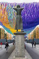 """Kunstinstallation """"Visions in Motion"""" des US-Amerikanischen Kuenstler Patrick Shearn aus Los Angeles vor dem Brandenburger Tor anlaesslich der Feierlichkeiten zum 30. Jahrestag des Mauerfall am 9. November 1989.<br /> 30.000 Botschaften von Berlinern werden in einer Laenge von rund 150 Metern als Teppich aus bunten Faehnchen ueber der Strasse des 17. Juni schweben.<br /> 4.11.2019, Berlin<br /> Copyright: Christian-Ditsch.de<br /> [Inhaltsveraendernde Manipulation des Fotos nur nach ausdruecklicher Genehmigung des Fotografen. Vereinbarungen ueber Abtretung von Persoenlichkeitsrechten/Model Release der abgebildeten Person/Personen liegen nicht vor. NO MODEL RELEASE! Nur fuer Redaktionelle Zwecke. Don't publish without copyright Christian-Ditsch.de, Veroeffentlichung nur mit Fotografennennung, sowie gegen Honorar, MwSt. und Beleg. Konto: I N G - D i B a, IBAN DE58500105175400192269, BIC INGDDEFFXXX, Kontakt: post@christian-ditsch.de<br /> Bei der Bearbeitung der Dateiinformationen darf die Urheberkennzeichnung in den EXIF- und  IPTC-Daten nicht entfernt werden, diese sind in digitalen Medien nach §95c UrhG rechtlich geschuetzt. Der Urhebervermerk wird gemaess §13 UrhG verlangt.]"""