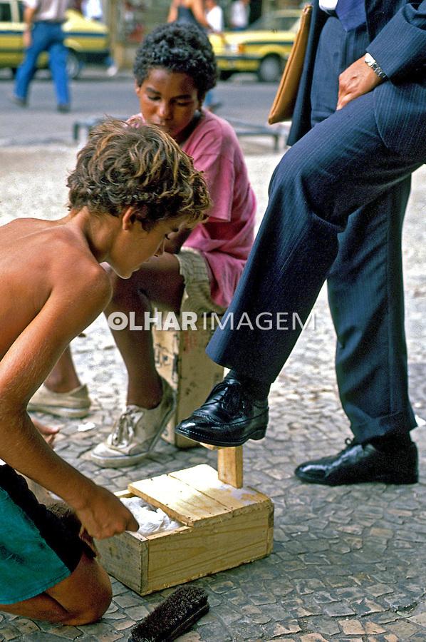 Crianças trabalhando com engraxates no Rio de Janeiro. 1990. Foto de Ricardo Azoury..