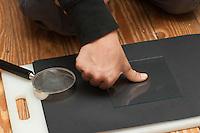 Fingerabdruck, Fingerabdrücke nehmen, 1. Schritt: Daumenabdruck wird auf eine Glasscheibe gedrückt, sammeln, sichten, vergleichen