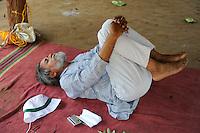 INDIA Chhattisgarh, Prof. Anil Gupta discover on the Shodh Yatra local knowledge and inventions in the tribal region of Bastar, short break with Yoga  / INDIEN Chhattisgarh , Dorf Sargipal, Prof. Anil Gupta und sein Team erforschen lokales Wissen, Biodiversitaet und Erfindungen der lokalen Bevoelkerung auf der Shodh Yatra einer Wandertour durch Doerfer in der Bastar Region, Yoga Pause
