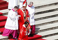 Pope Francis leaves the altar at the end of the Palm Sunday Mass in St. Peter's Square at the Vatican, March 25, 2018.<br /> UPDATE IMAGES PRESS/Riccardo De Luca<br /> <br /> STRICTLY ONLY FOR EDITORIAL USE