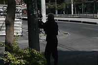 Rio de Janeiro (RJ), 17/05/2021 - Violência-Rio - Uma operação no Complexo da Penha, morro da Fé, é realizada na manhã desta segunda-feira (17) no Rio de Janeiro. A Policia Militar UPP entrou em confronto com traficantes na Vicente de Carvalho próximo agência da Caixa Econômica Federal o transito foi interropido devivo a troca de tiros. Um tiro de fuzil acertou uma viatura da Policia que participava da operação.