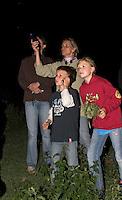 Kinder und Erwachsene bei nächtlicher Fledermaus-ExkursionNachtwanderung mit Taschenlampe und Fledermaus-Detektor, Fledermausdetektor, Detektor, Fledermaus, Fledermäuse, Exkursion, Nachtwanderung