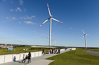 DEUTSCHLAND Hamburg, ehemaliger Muellberg Georgswerder, IBA Projekt regenerativer Energieberg. Windenergie Sonnenenergie und Deponiegase versorgen ueber 2000 Haushalte der Elbinsel mit Strom. Der Energieberg ist auch Aussichtspunkt und oeffentlich zugaenglich , grosse Windturbine REpower 3.4 MW betrieben von Hamburg Energie <br /> /<br /> GERMANY Hamburg , IBA Project Energy Mountain Georgswerder, solar und wind energy on a former garbage dumping site , large wind turbine REpower 3.4 MW wind turbine of company Hamburg energy