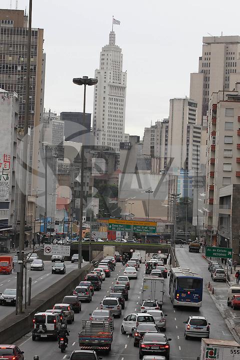 SAO PAULO, SP, 19 DE MARCO 2013, TRANSITO. O corredor Norte/Sul na Av. Tiradentes no bairro da Luz, tem transito intenso na manhã dessa rerça-Feira (19). LUIZ GUARNIERI/ BRAZIL PHOTO PRESS.