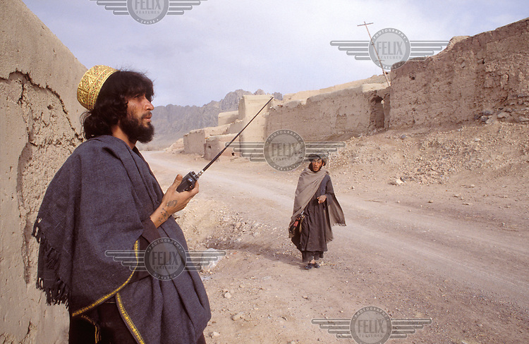 © Francesco Cito / Panos Pictures..Babhawualie, Near Kandahar, AFGHANISTAN, 1989...Mujahedin soldier speaking into his radio.