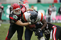 Philippe Gardent (Linebacker Cologne Centurions) stoppt Tory Humphrey (Tight End Amsterdam Admirals)