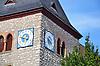 Uhr am Turm (ca. 1000) der Evangelischen Pfarrkirche (ehem. St. Walpurgis), Hangen-Weisheim