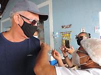 Olinda (PE), 19/04/2021 - A cidade de Olinda começou a vacinar pessoas a partir dos 60 anos no Clube Atlântico, bairro do Carmo, nesta segunda-feira (19). Algumas pessoas levaram cartazes e protestaram contra o presidente Jair Bolsonaro.