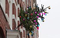 Nederland  Amsterdam - 31-12-2020. Kerstboom aan een gevel.   Foto : ANP/ HH / Berlinda van Dam