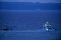 Europe/Croatie/Dalmatie/Split:   A la tombée de la nuit départ d'un bateau pour les Iles