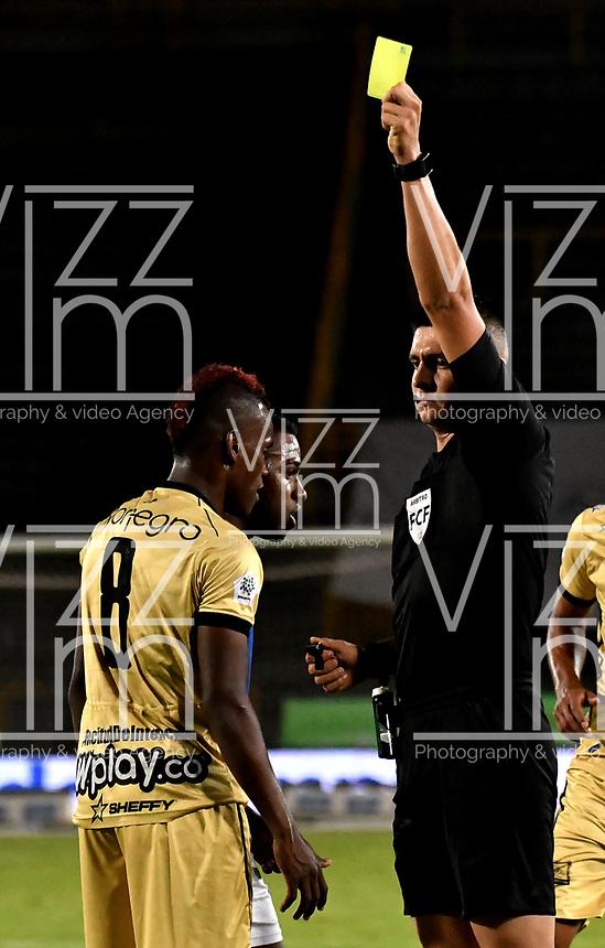 BOGOTA-COLOMBIA, 11-10-2020: Jhon Perdomo, arbitro muestra tarjeta amarilla a Jader Obrien de Rionegro Aguilas Doradas, durante partido entre Millonarios y Rionegro Aguilas Doradas de la fecha 13 por la Liga BetPlay DIMAYOR 2020 jugado en el estadio Nemesio Camacho El Campin de la ciudad de Bogota. / Jhon Perdomo, referee shows yellow card to Jader Obrien of Rionegro Aguilas Doradas, during a match between Millonarios and Rionegro Aguilas Doradas of the 13th date for the BetPlay DIMAYOR League 2020 played at the Nemesio Camacho El Campin Stadium in Bogota city. / Photo: VizzorImage / Luis Ramirez / Staff.