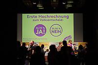 Wahlfeier der Kampagne Deutsche Wohnen & Co. enteignen am Sonntag den 26. September 2021 in Berlin.<br /> Nach den ersten bekanntgegebenen Zahlen haben sich ueber 57 Prozent der an der Volksabstimmung Beteiligten fuer eine Vergesellschaftung grosser Immobilienkonzerne wie Deutsche Wohnen, Vonovia und anderen ausgesprochen.<br /> 26.9.2021, Berlin<br /> Copyright: Christian-Ditsch.de