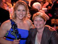 01-06-10, Tennis, France, Paris, Roland Garros, ITF Awasds dinner,  Wereldkampioene Rolstoeltennis 2009 Esther Vergeer met KNLTB voorzitter Karin Bijleveld