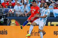 Action photo during the match Argentina vs Chile at Levis Stadium Copa America Centenario 2016. ---Foto  de accion durante el partido Argentina vs Chiler, En el Estadio de la Universidad de Phoenix, Partido Correspondiante al Grupo - D -  de la Copa America Centenario USA 2016, en la foto: (i)-(d) Gary Medel, Gonzalo Higuain<br /> <br /> --- 06/06/2016/MEXSPORT/PHOTOSPORT/ Andres Pina