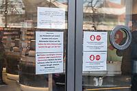 Auswirkungen der Corona-Krise.<br /> Im Bild: Hinweisschilder an der Eingangstuer einer Berliner Apotheke. Es sollen nicht mehr als 6 Kunden gleichzeitig in der Apotheke sein, gegebenenfalls sollen die Kunden vor der Tuer warten. Bei Fieber, bestaetigter Corona-Infektion oder angeordneter Quarantaene soll der Botendienst angerufen werden. Bei Corona-Verdacht sollen die Kunden die Apotheke nicht betreten und das Gesundheitsamt anrufen.<br /> 17.3.2020, Berlin<br /> Copyright: Christian-Ditsch.de<br /> [NUR FUER REDAKTIONELLE ZWECKE! Werbung nur auf Anfrage beim Fotografen. Inhaltsveraendernde Manipulation des Fotos nur nach ausdruecklicher Genehmigung des Fotografen. Vereinbarungen ueber Abtretung von Persoenlichkeitsrechten/Model Release der abgebildeten Person/Personen liegen nicht vor. NO MODEL RELEASE! Don't publish without copyright Christian-Ditsch.de, Veroeffentlichung nur mit Fotografennennung, sowie gegen Honorar, MwSt. und Beleg. Konto: I N G - D i B a, IBAN DE58500105175400192269, BIC INGDDEFFXXX, Kontakt: post@christian-ditsch.de<br /> Bei der Bearbeitung der Dateiinformationen darf die Urheberkennzeichnung in den EXIF- und  IPTC-Daten nicht entfernt werden, diese sind in digitalen Medien nach §95c UrhG rechtlich geschuetzt. Der Urhebervermerk wird gemaess §13 UrhG verlangt.]