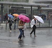 Regen Feature  Schauer Regenwetter Wetter Regenwolken über Leipzig Sauwetter - Menschen im Regen - wackere Leipziger Bahnen sich ihren Weg über die Straße - Haltestelle am Hauptbahnhof . Foto: Norman Rembarz<br /> <br /> Norman Rembarz , Autorennummer 41043728 , Holbeinstr. 14, 04229 Leipzig, Tel.: 01794887569, Hypovereinsbank: BLZ: 86020086, KN: 357889472, St.Nr.: 231/261/06432 - Jegliche kommerzielle Nutzung ist honorar- und mehrwertsteuerpflichtig! Persönlichkeitsrechte sind zu wahren. Es wird keine Haftung übernommen bei Verletzung von Rechten Dritter. Autoren-Nennung gem. §13 UrhGes. wird verlangt. Weitergabe an Dritte nur nach  vorheriger Absprache.