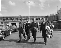 Prince Bernhard left for Canada. Ex General Foulkes says goodbye to him<br /> Date May 4, 1963<br /> <br /> Photographer Bilsen, Joop from / Anefo